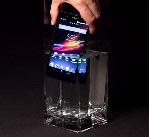 Sony-Xperia-Z-review-hand-in-water