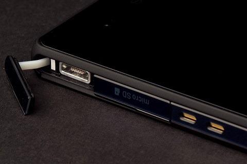 sony-XPERIA-Z-apžvalga-USB-uostas atviras