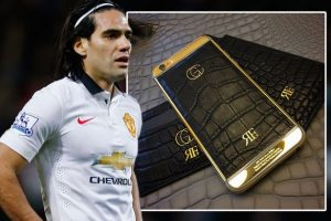 mängija-of-mees-united-Radamel Falcao-ja pinnatud-iphone-with-kuld-of-24-of-karate_3